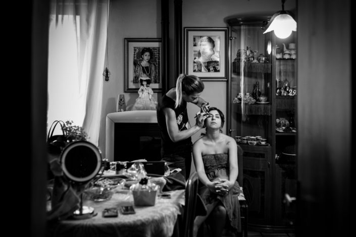 il trucco per la sposa: fotografia di matrimonio realizzata a Cabras, provincia di Oristano, Sardegna