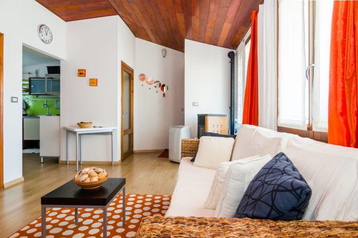 Salotto di un appartamento del comune di Arbus. Fotografia di interni realizzata per Airbnb.