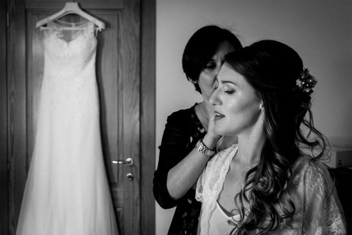fotografia di matrimonio realizzata a Nurachi, provincia di Oristano, Sardegna. I preparativi della sposa