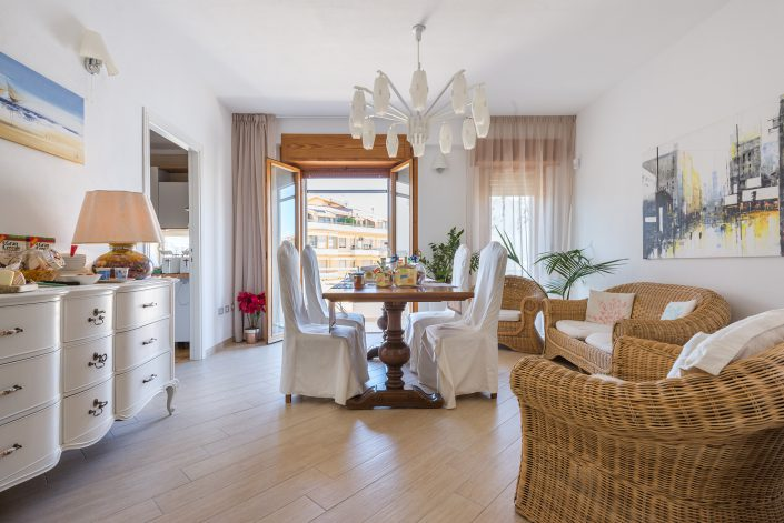 Sala per colazione di un B&B di Oristano. Fotografia realizzata per Airbnb.