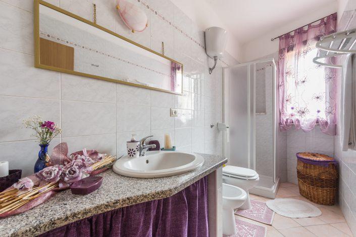 Bagno di un B&B di Silì. Fotografia di interni realizzata per Airbnb.