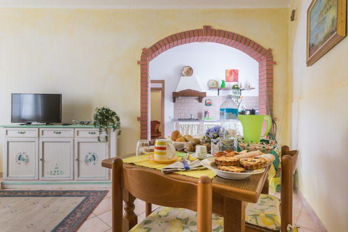 Colazione in un B&B di Silì. Fotografia di interni realizzata per Airbnb.