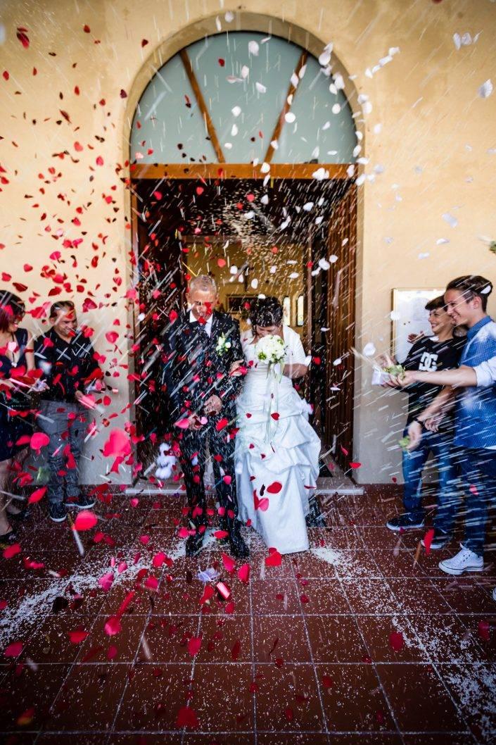 Il momento del lancio del riso, una volta finita la cerimonia religiosa. Reportage di matrimonio a Cabras.
