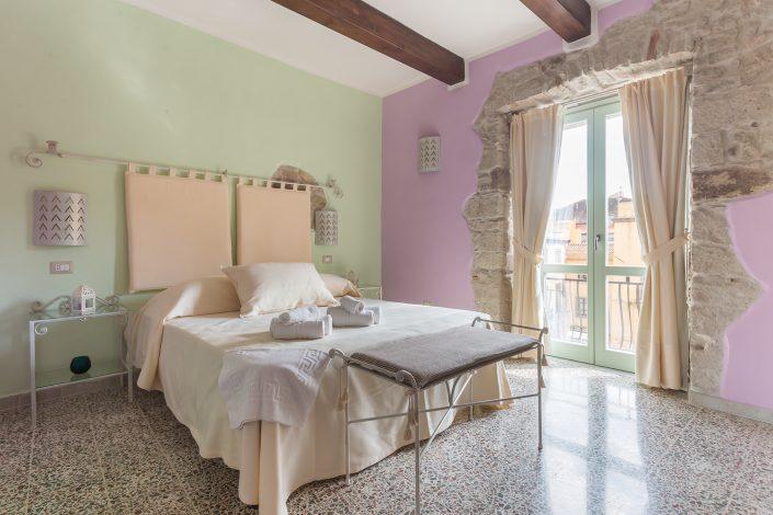 Fotografia di interni in Sardegna. Camera da letto fotografata in un B&B di Bosa.