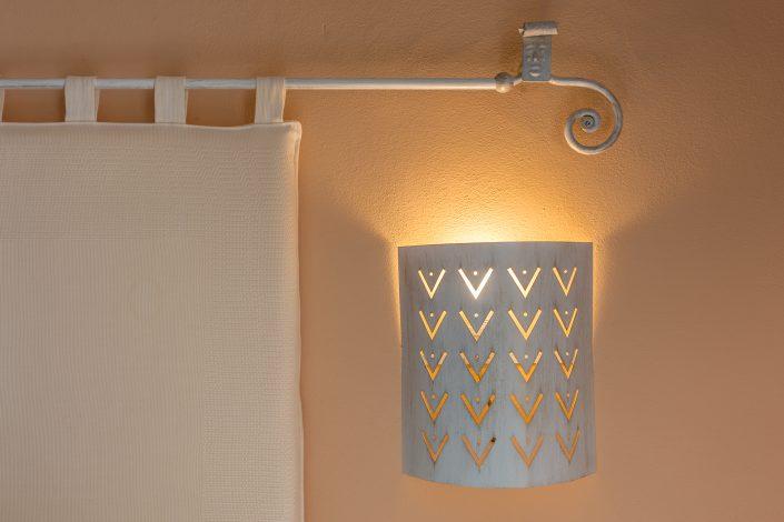 Dettaglio di artigianato sardo in un B&B di Bosa. Fotografia di interni per casa vacanza