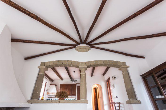 Dettagli architettonici di una villetta nella pineta di Is Arenas, provincia di Oristano. Fotografia di interni per settore immobiliare