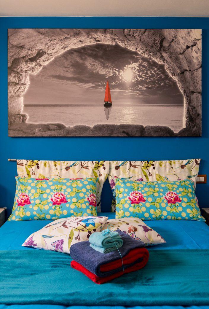 Dettaglio di una camera da letto fotografata in un B&B di Cabras, provincia di Oristano