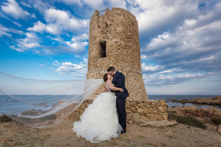 Fotografia di matrimonio a Siniscola, al cospetto della Torre di San Giovanni di Posada. Provincia di Nuoro - Sardegna