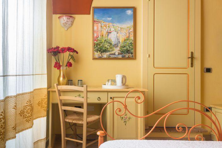 fotografia di interni in Sardegna. Dettaglio in una camera da letto fotografata a Bosa