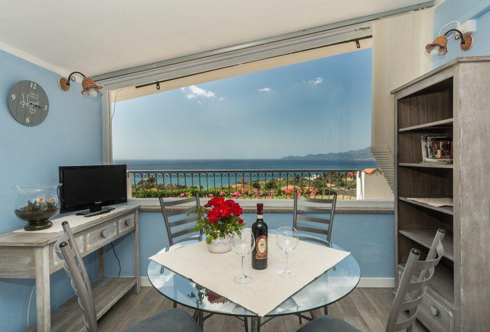 Villa a Santa Maria del Mare. Cucina con bellissima vista sul mare, provincia di Oristano. Sardegna.