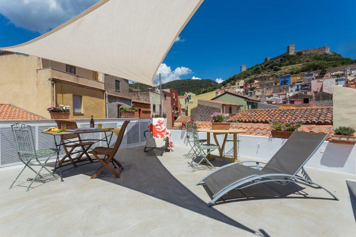 Terrazza panoramica di un B&B di Bosa, con bellissima vista sul castello. Fotografia per il settore immobiliare in Sardegna.