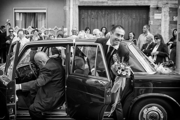 Reportage di matrimonio a Cabras. Lo sposo arriva a casa della sposa