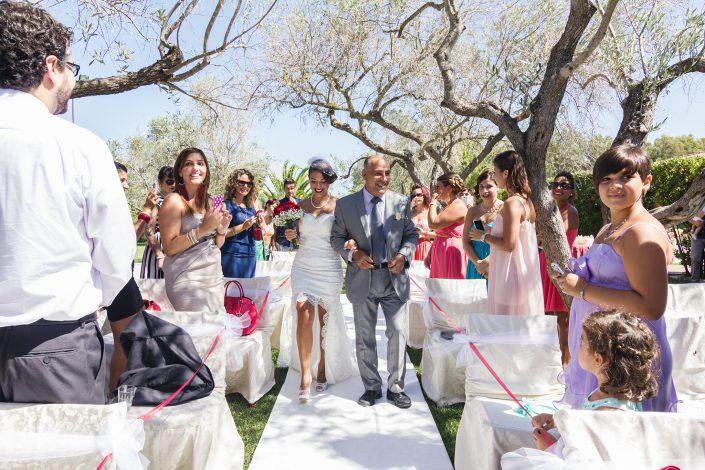 Reportage di matrimonio a Cabras. Il papà accompagna la sposa all'altare