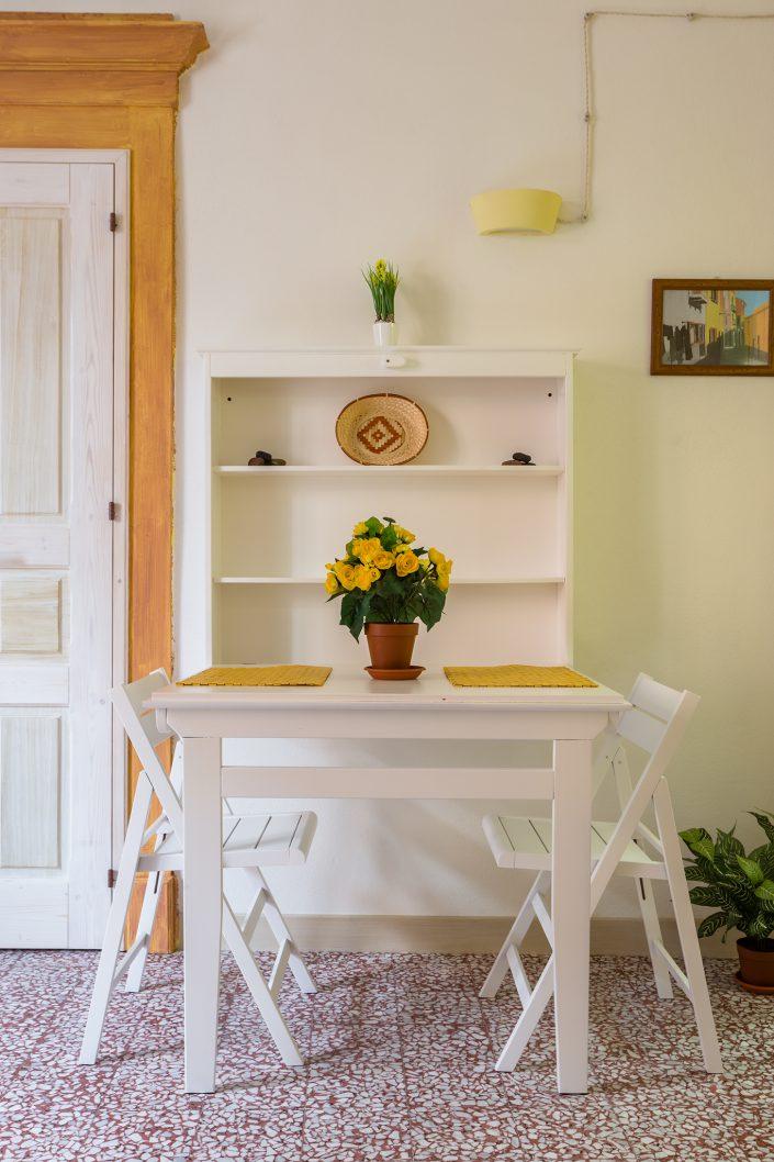 tavolino da colazione di un B&B fotografato a Bosa per Airbnb
