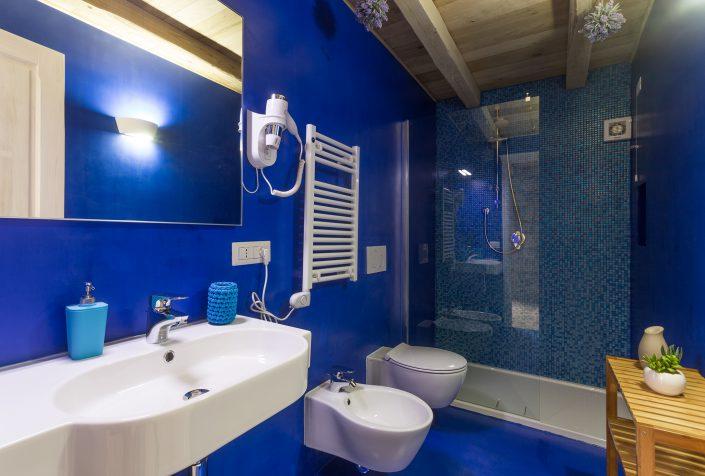 Bagno blu fotografato a Bosa per Airbnb