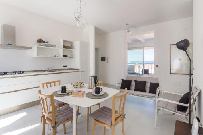 fotografia di interni realizzata ad Alghero, Sardegna. Cucina con vista mare