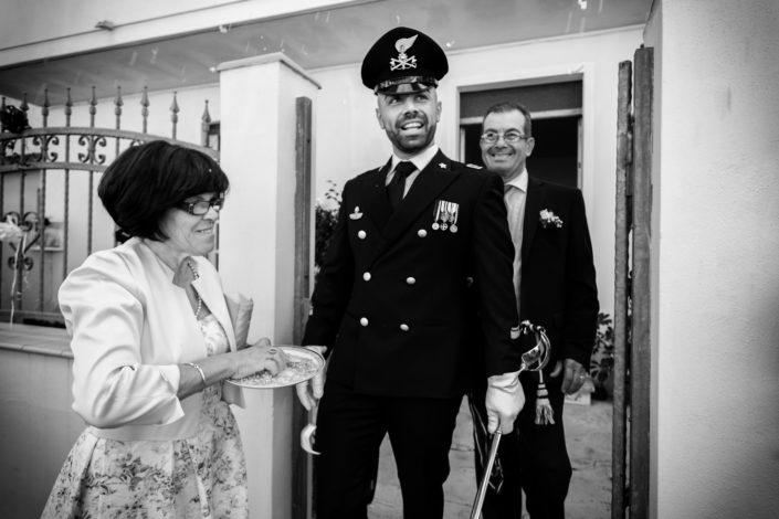 L'uscita dello sposo. Reportage di matrimonio a Cabras, provincia di Oristano