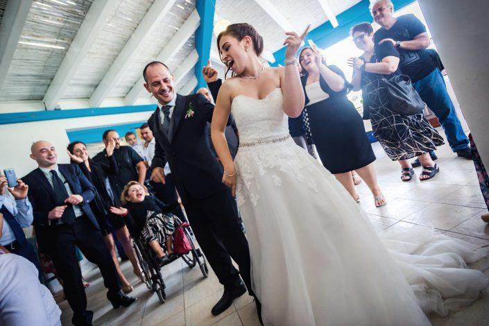 Fotografia di matrimonio realizzata a Oristano. Festeggiamenti della coppia con gli invitati