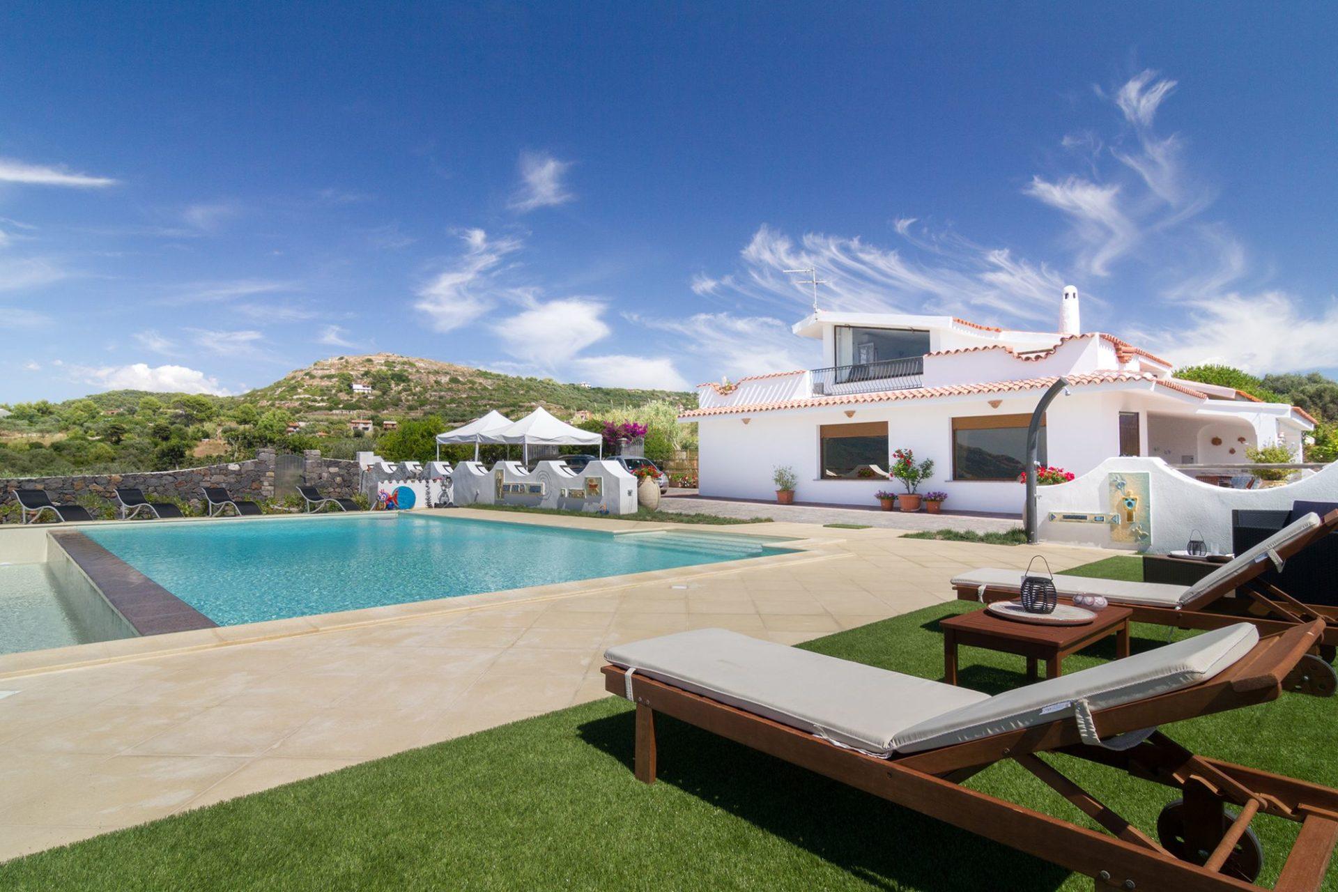 Fotografia di architettura in Sardegna. Villa con piscina fotografata nei pressi di Bosa