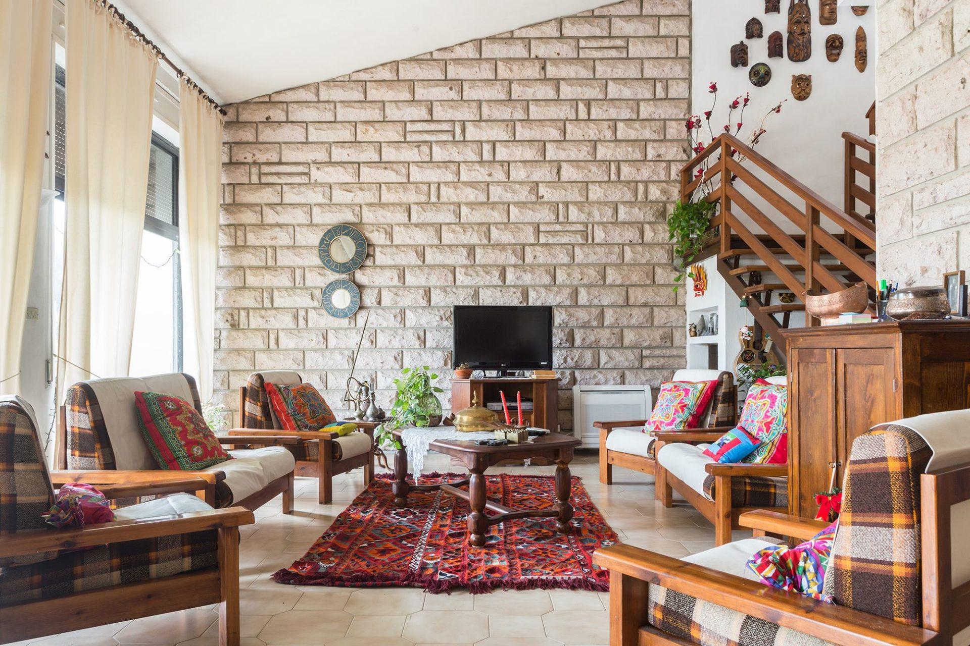 fotografia di interni in sardegna, salotto fotografato per Airbnb a Bosa